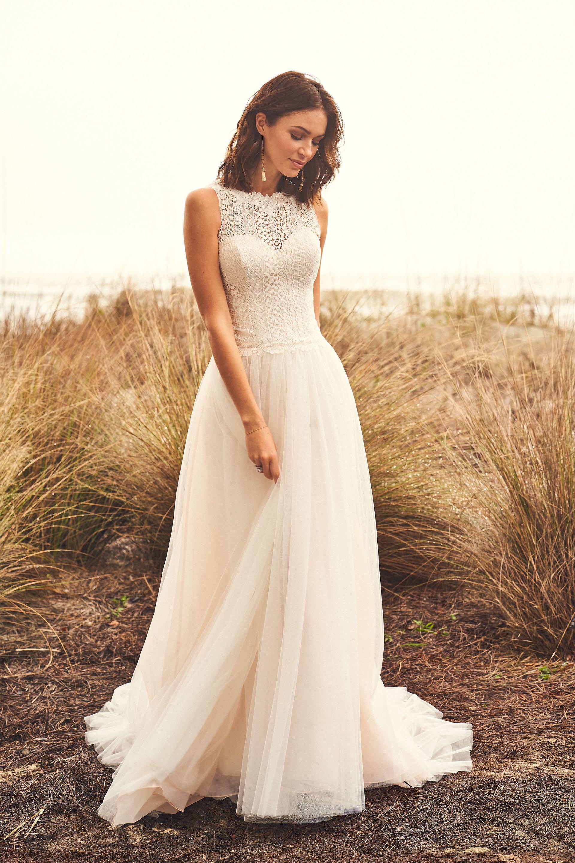 Brautkleid im Prinzessschnitt mit Tüllrock und hochgeschlossenem
