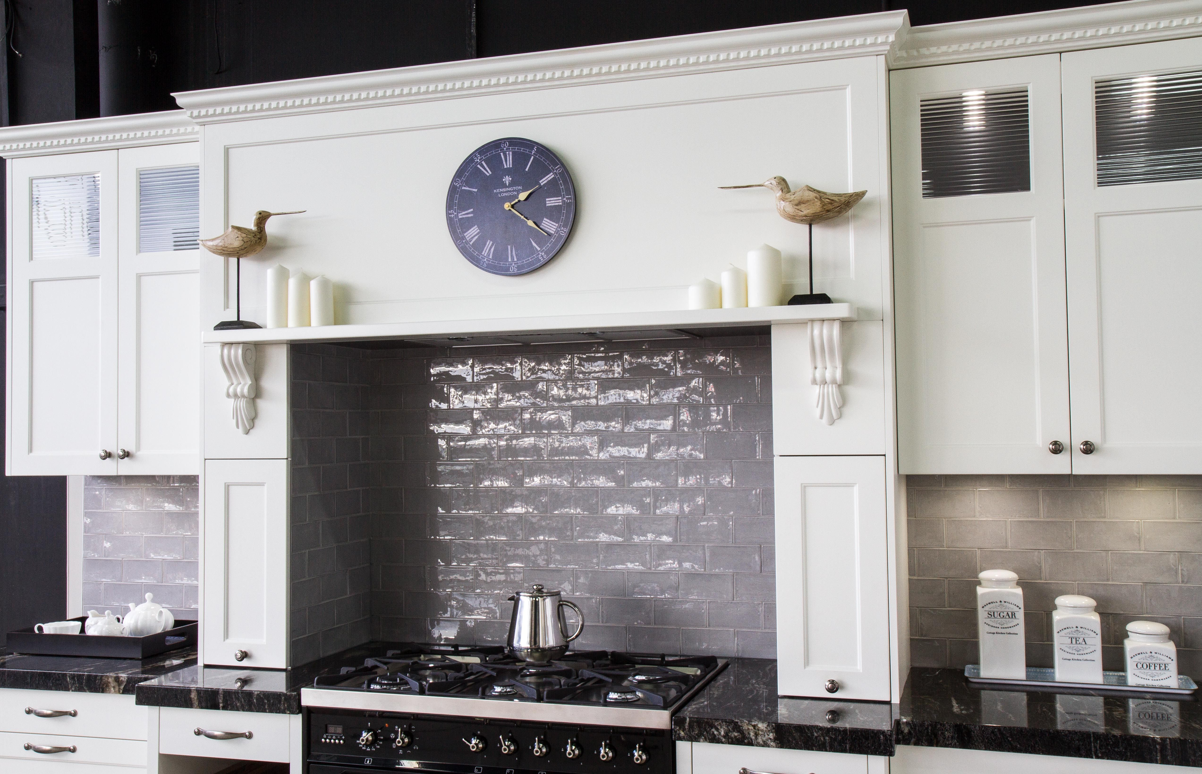 Traditional kitchen. Hob over cooktop. Freestanding cooker. www ...