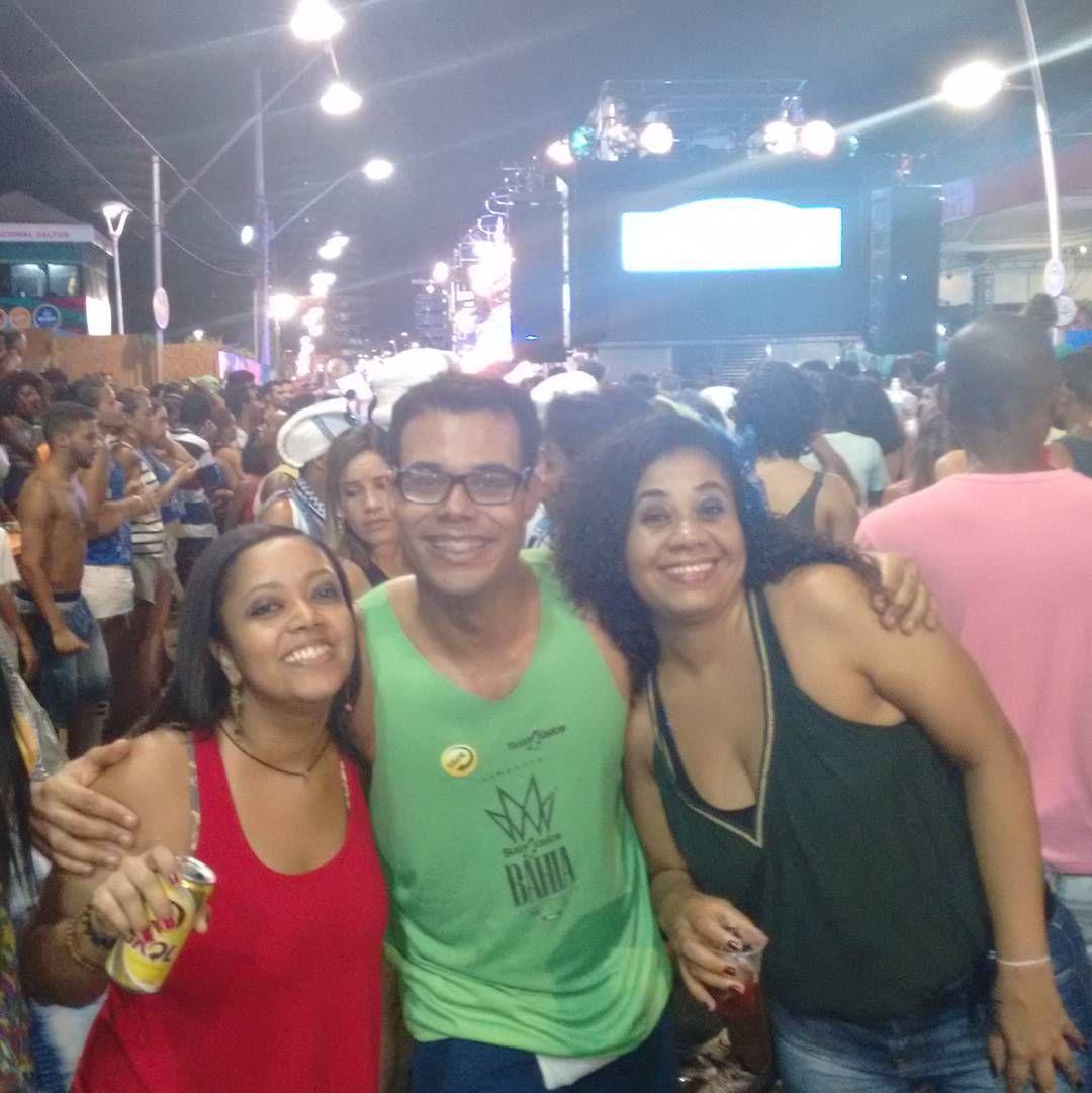 Encontro tradicional de carnaval. Uma dupla que eu amo ver e que me contagia com a energia positiva desses sorrisos na avenida! Ana e Débora.
