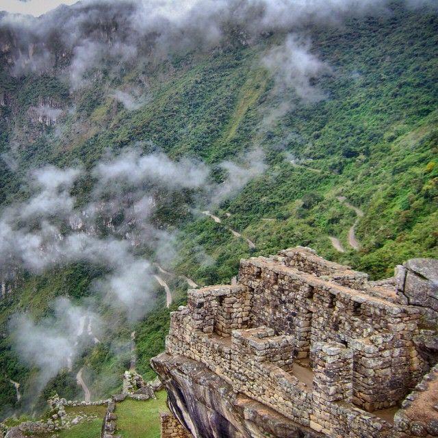 ¿Sabías que la caminata por #HuaynaPicchu está dentro de las 10 caminatas de montaña más peligrosas del mundo?. Descubre más cosas sobre #MachuPicchu dando clic en el enlace de nuestra BIO —————————————— #huayna #peru #montaña #cusco #vallesagrado#vallesagradodelosincas #caminodelinca#escalinata -----------------------------