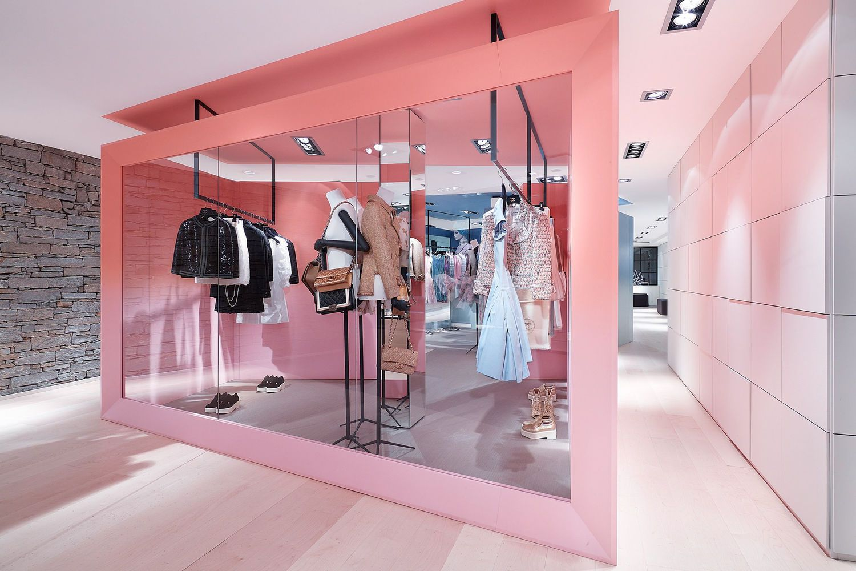 18889f3006a1 Chanel in Courchevel | Art: Merchandising | Pop up shops, Pop up ...
