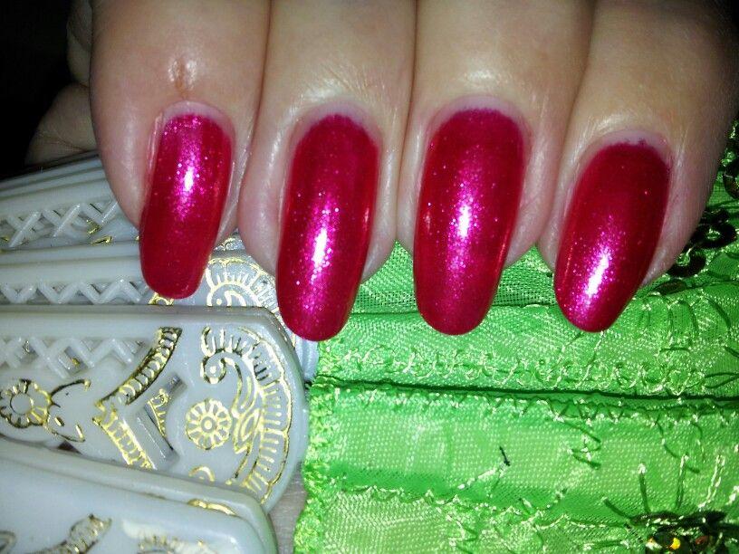 Beautiful sprakel red nails.