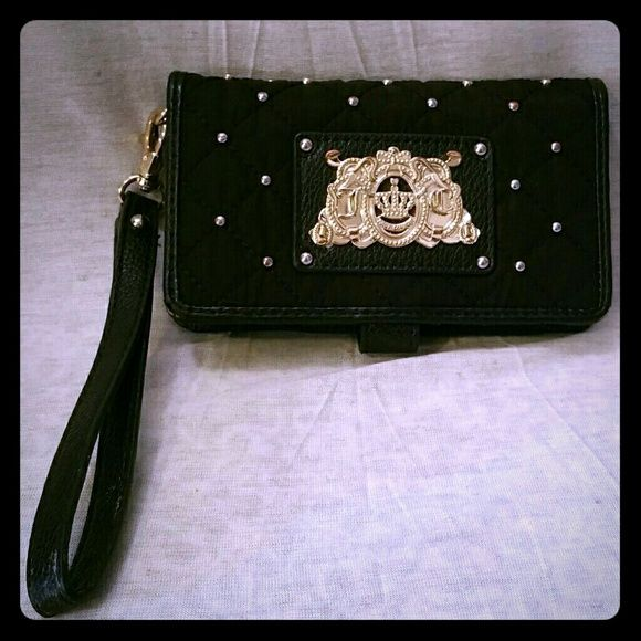 Quilted juicy couture wristlet wallet  I do not trade  I do not model the items in my closet  no offline payments  no other accounts  ✔ open to REASONABLE offers please use the offer button  Juicy Couture Bags Wallets