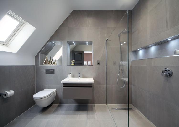 Taupe Fliesen und kaltweies LED Licht im Bad  Bad grau  Badezimmer Duschkabine und