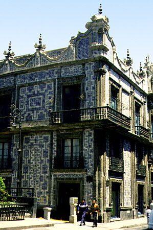 The beautiful blue tile covered casa de los azulejos for Casa de los azulejos puebla