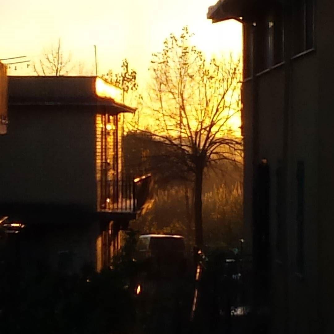 Sunset ...my window  #kialacamper #kialaathome #sunset #beatuiful #beautifulpic #beautifulsunset #beautifulsky #picoftheday #italy #paeceful #nofilter #followme #follow