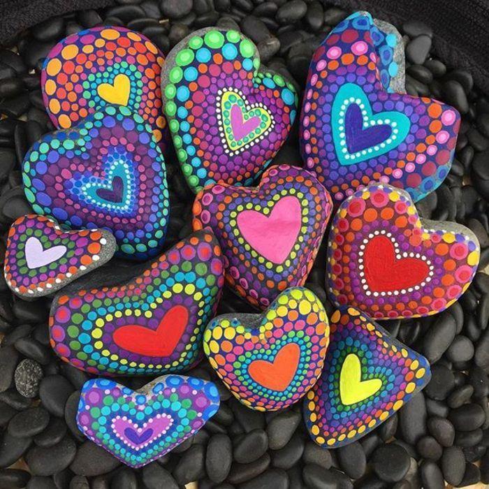 Steine bemalen: 101 Ideen für eine wunderschöne DIY Dekoration #felsenundsteine bunte herzen auf steinen per hand malen