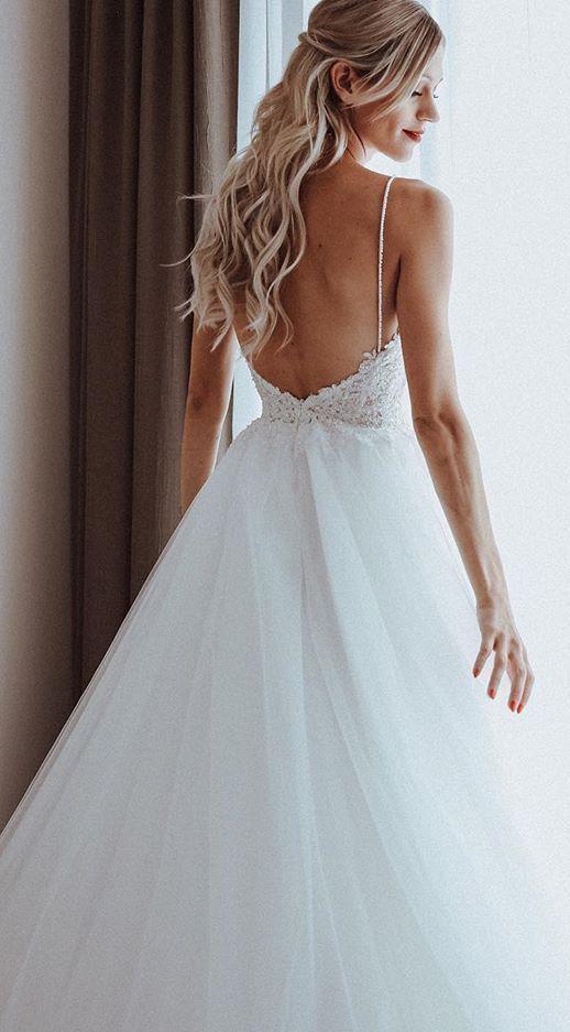Photo of Das Material dieses Hochzeitskleides ist Tüll mit Spaghettiträgern, rückenfreiem Stil und bod…