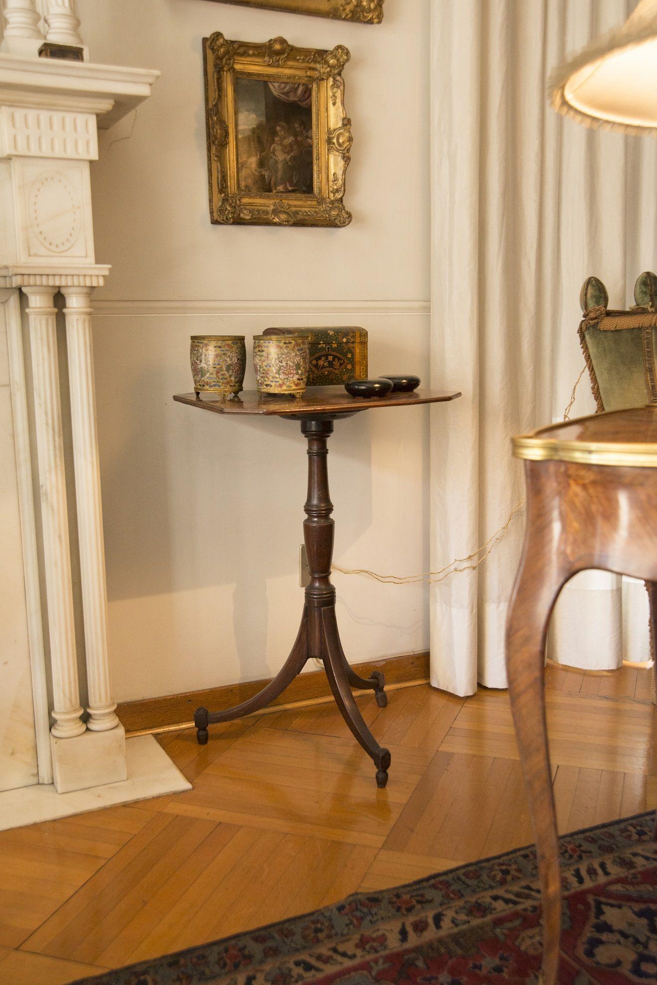 Tavolino Tre Piedi.Tripod Table Tavolino In Mogano Massello Su Tre Piedi