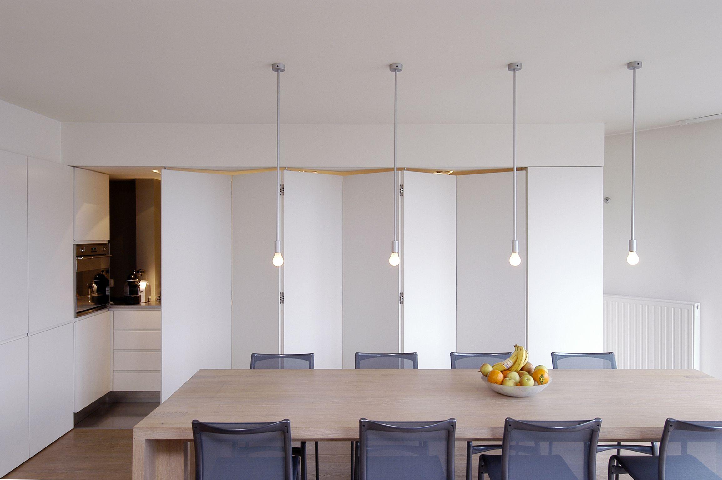 Moderne Keuken met schuifdeur keuekn verstoppen achter schuifdeur ...