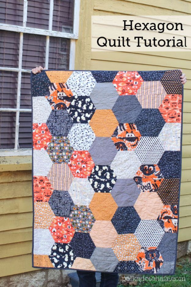 35 Easy Quilts To Make This Weekend is part of Beginner quilt patterns, Hexagon quilt tutorial, Hexagon quilt pattern, Fall quilt patterns, Easy quilt patterns, Hexagon quilt - Love quilting but need some new ideas  Check out these fabulously free quilt patterns we found  35 cool ideas to try out for your next quilting project  From simpler ideas for beginners to some awesome patterns for the experienced quilter, these great projects will definitely be ones you will want t