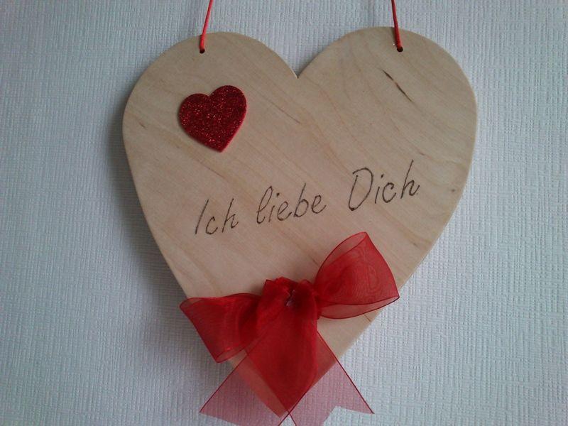 """Das etwas andere Holzherz.    Mit individueller Schriftgestaltung (Text wird eingebrannt).    Zum Beispiel:""""Ich liebe..."""