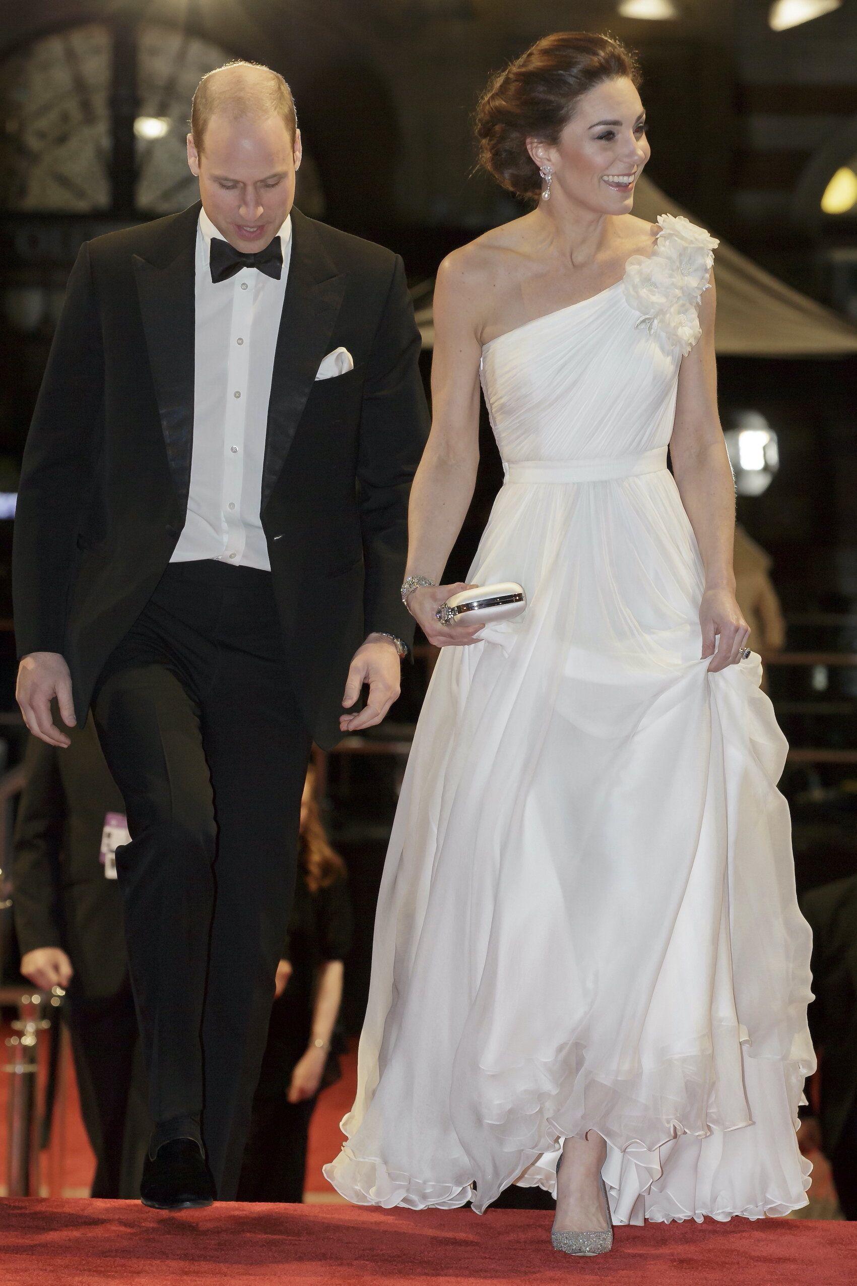 Herzogin Kate Strahlt Bei Den Baftas Kate Middleton Hochzeitskleid Kate Middleton Kleid Kate Middleton Hochzeit