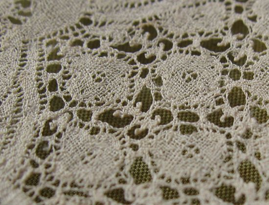 It is the lappet LACE of Vu~aranshen'nu early 18th century. Design with a rolling freely by large representation of the scroll and rocaille is characteristic.