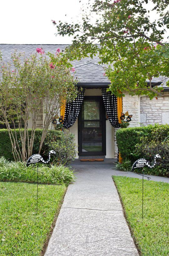 10 Totally Unique, Stylish  Steal-Worthy Halloween Decorating Ideas - halloween house decorating ideas