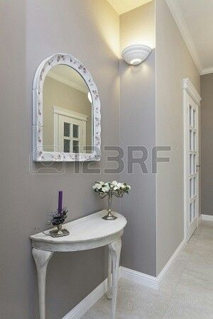 mesa y espejo idea para rellenar huecos en pasillos