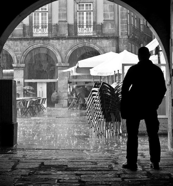 Ribeira do Porto, à chuva www.webook.pt #webookporto #porto #ribeira #fotografia Fotografia de René de Bruijn