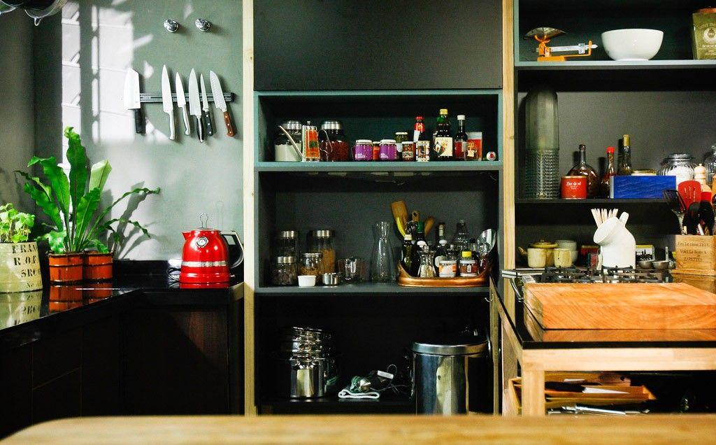 Paredes escuras e pontos de cor: veja a cozinha de Carolina Ferraz no GNT - Casa - GNT