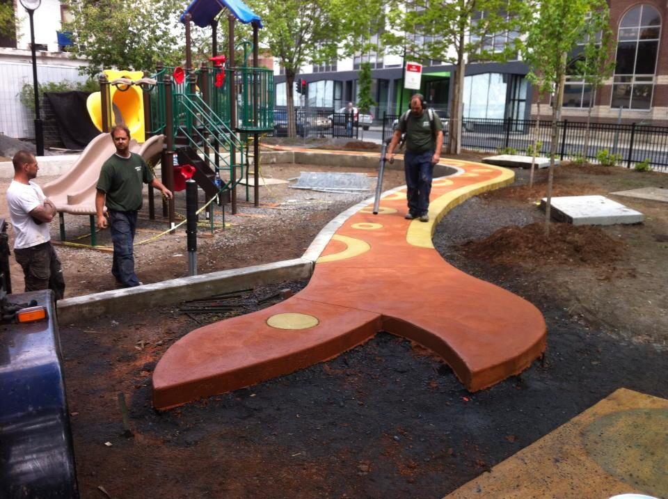 Un trottoir amusant en forme de serpent fait de beton colorés