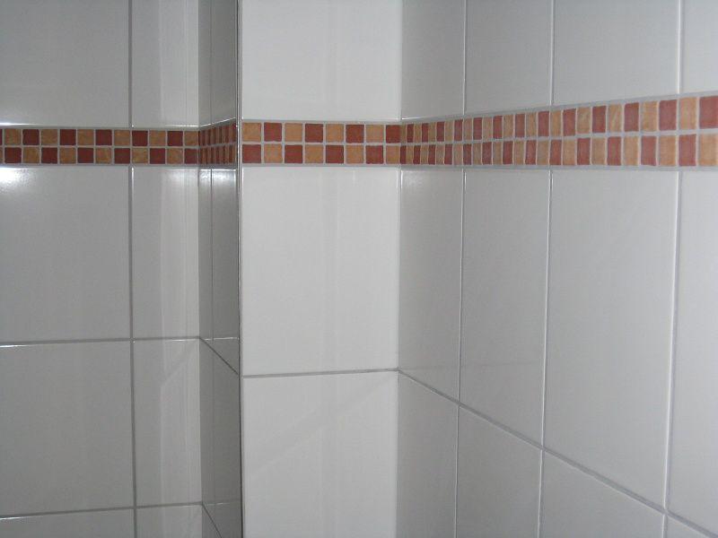 Terracotta Mosaik Bordure In Kombination Mit Weiss Glanzenden Wandfliesen Mosaik Wandfliesen Glasmosaik Fliesen Fliesen