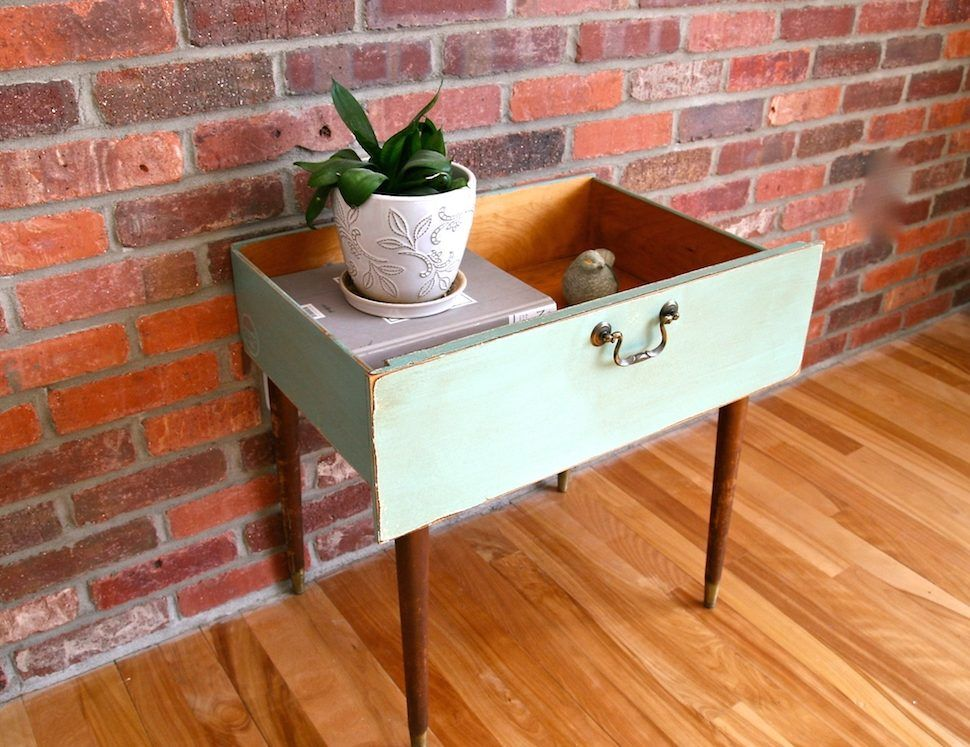 Vieux tiroir utilisé pour faire une table basse ou une table de - Peindre Table De Chevet