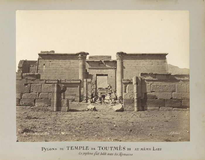 (1870-1890) - Médinet-Abou, pylone du petit temple de Toutmès III