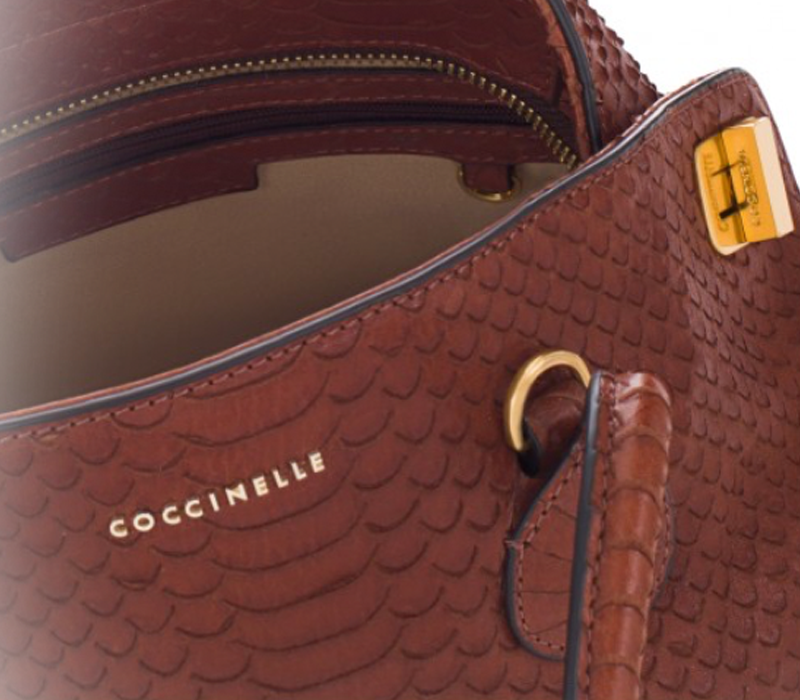 6ace8f41fa La borsa a mano Dafne della Coccinelle è prodotta in pelle e presenta, sui  lati