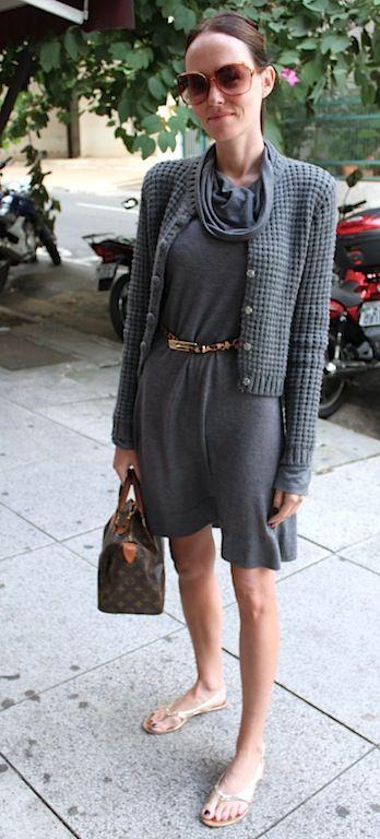 Por isso que eu gosto da meia estação: a liberdade de usar sandálias decotadas com um vestido de tricô quentinho não tem preço! Achei essa produção tão chique que resolvi fotografar em detalhes para você aproveitá-la comigo totalmente: