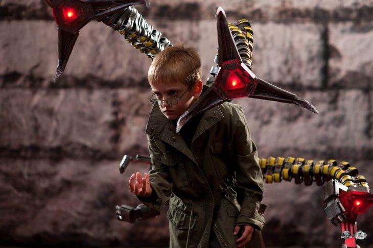 niño disfrazado del doctor optopus