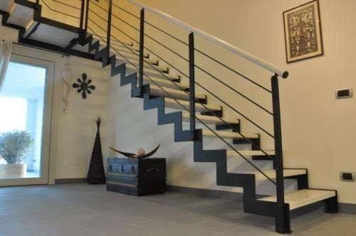 Escalera de hierro con madera trabajos de herreria for Escaleras interiores de hierro
