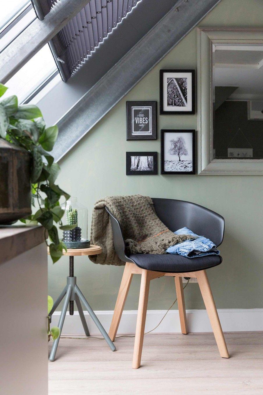 Groene slaapkamer met zwarte stoel  Green bedroom with