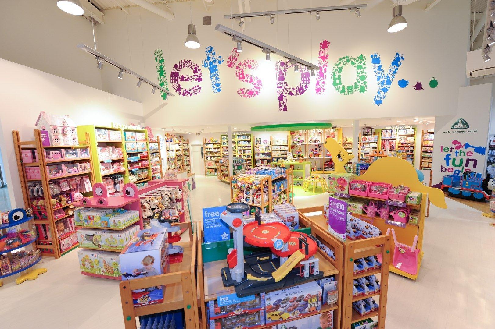 чистка фон магазина игрушек милым лицом