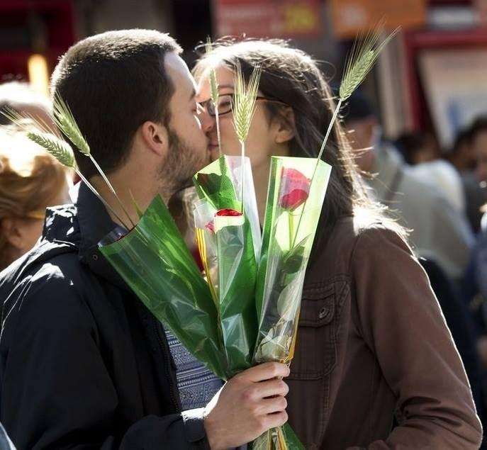 Enamorados el Día de Sant Jordi.