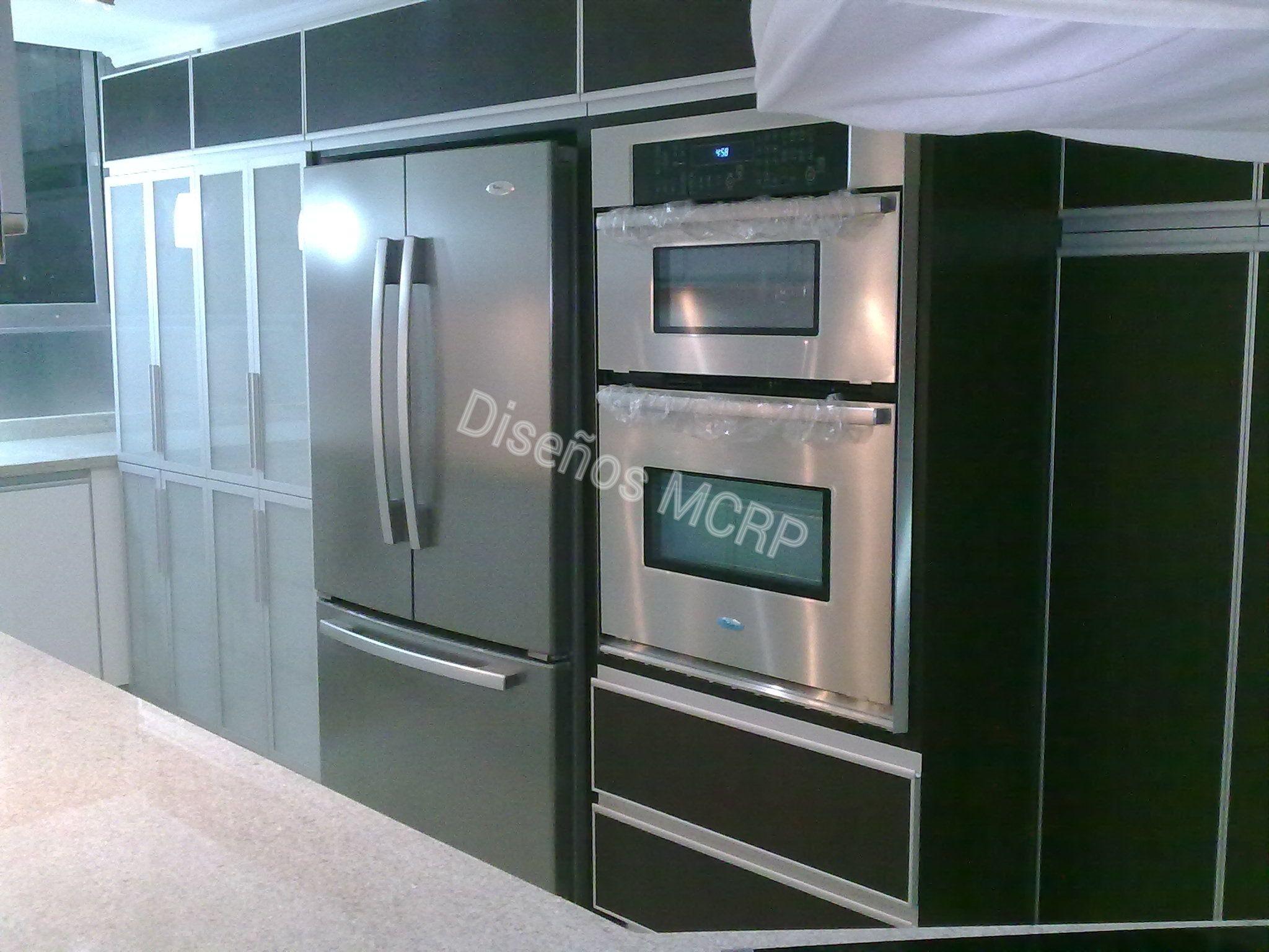 Cocina seg n dise o rea de horno y microondas nevera y for Mueble para encastrar horno y encimera