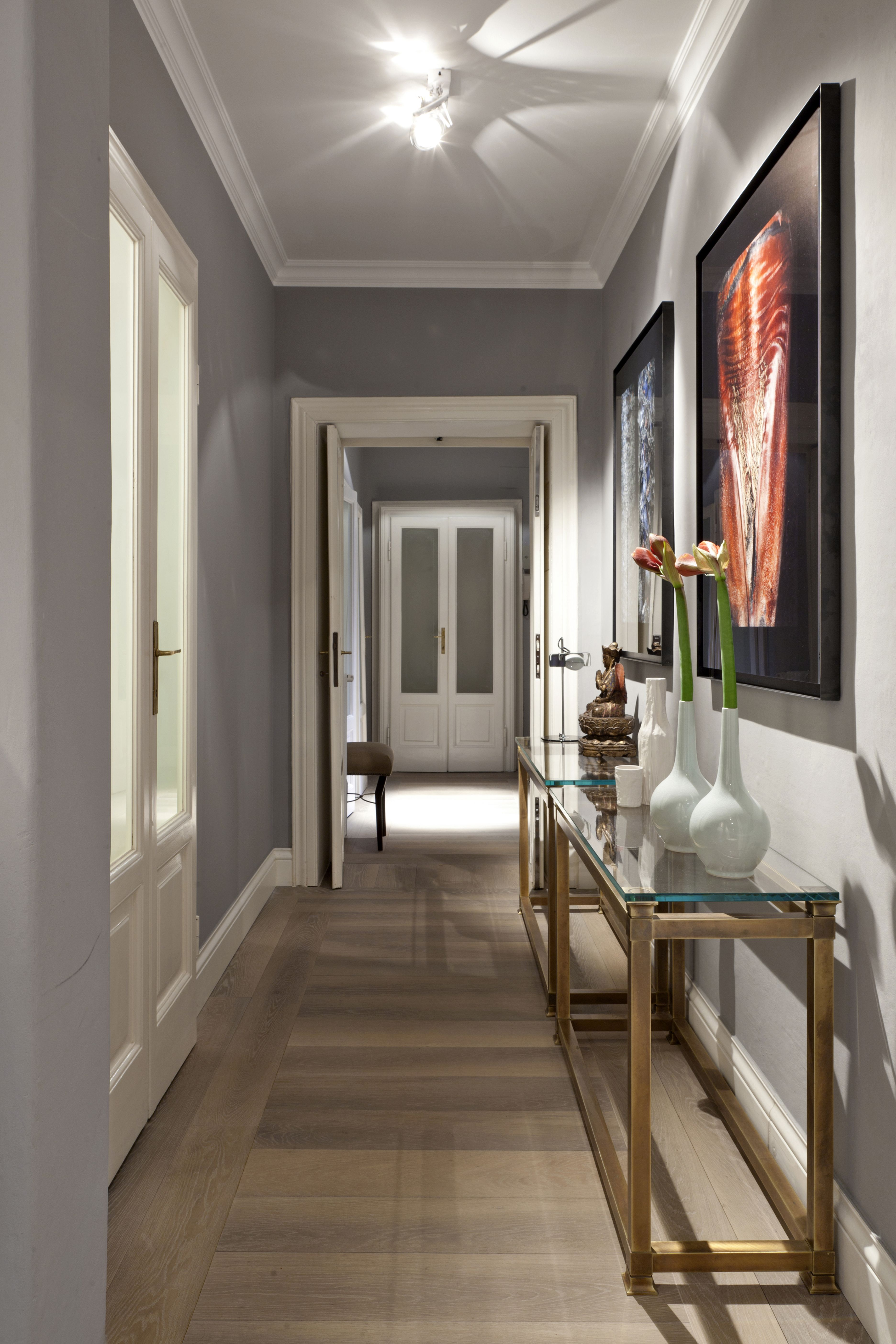 Corridoio grigio con quadri cornici zoccolino smc for Quadri per appartamento