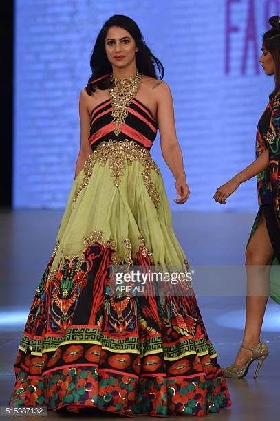 Mallit esittelevät luomuksia PAkistani-suunnittelija MBM viimeisen päivän Pakistan Fashion Design Council viikolla Lahore 13. maaliskuuta 2016 / AFP / ARIF ...