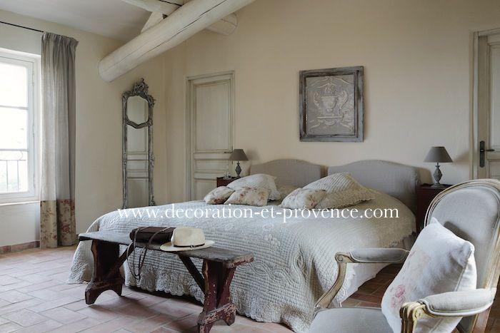 provence linge de lit Décoration d'intérieur. Chambre blanche dans une bastide en  provence linge de lit