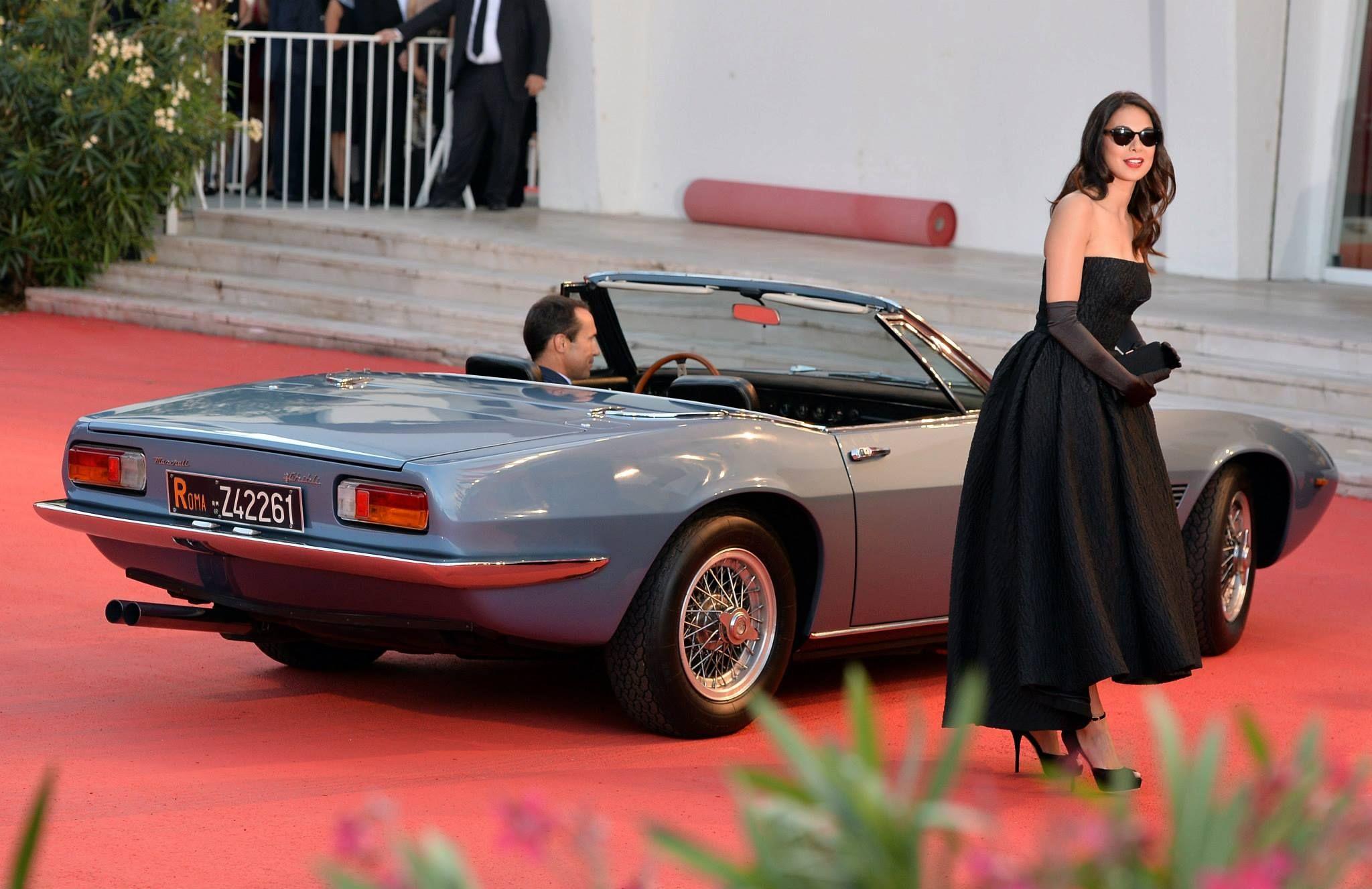 Actress Moran Atias arrives in a classic Maserati Ghibli Spyder from the '60s.  #Venezia70