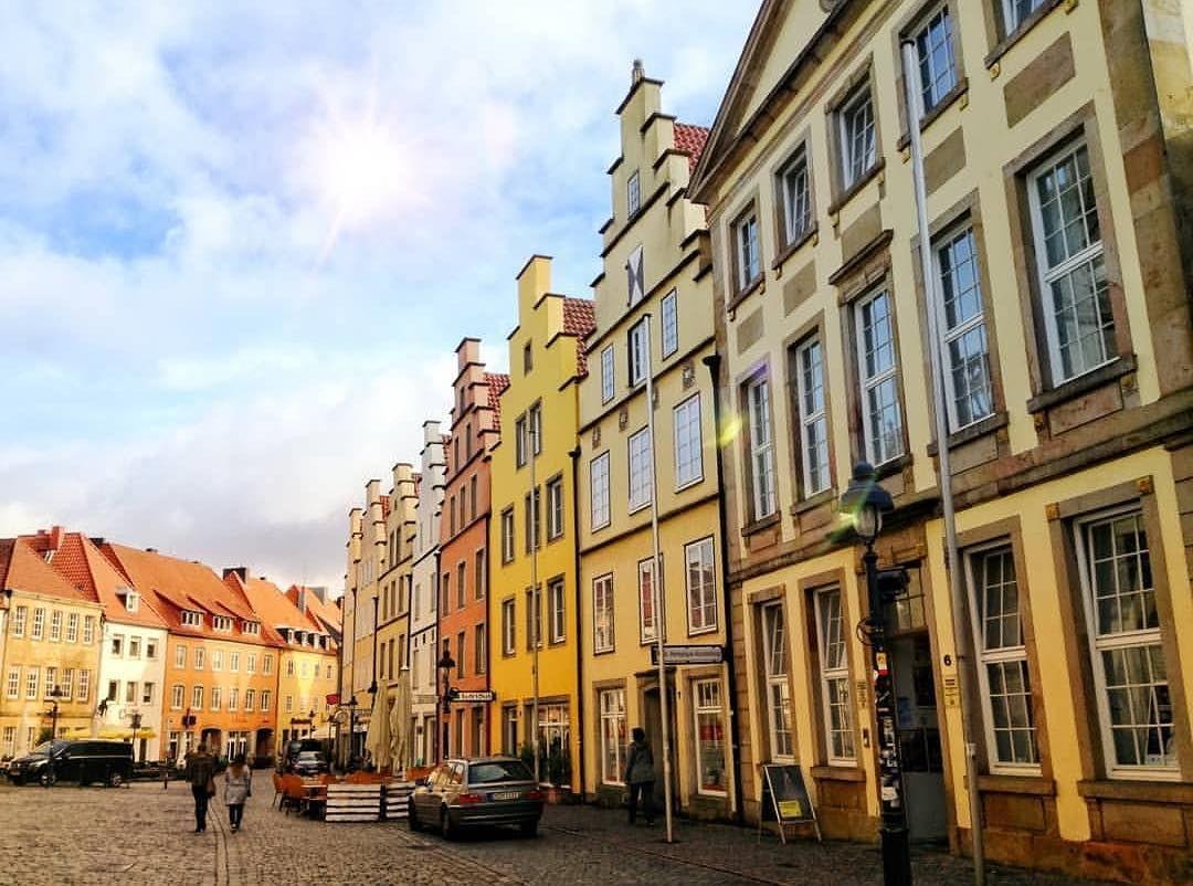 Was Fur Ein Malerischer Ausblick Auf Die Bunten Hauser Am Marktplatz In Osnabruck Das Schone Leserfoto Kommt Von Photo Niclas Street View Street Scenes