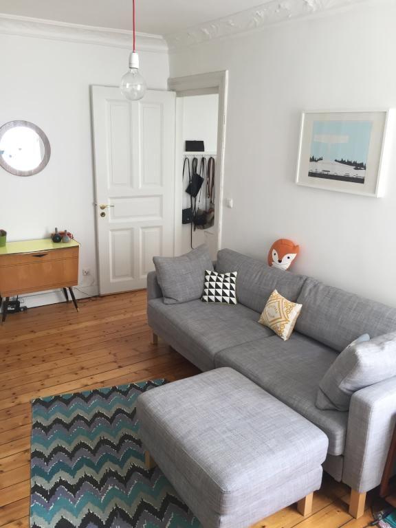 gemütliches wohnzimmer in heller 2-zimmer altbauwohnung im herzen, Wohnzimmer
