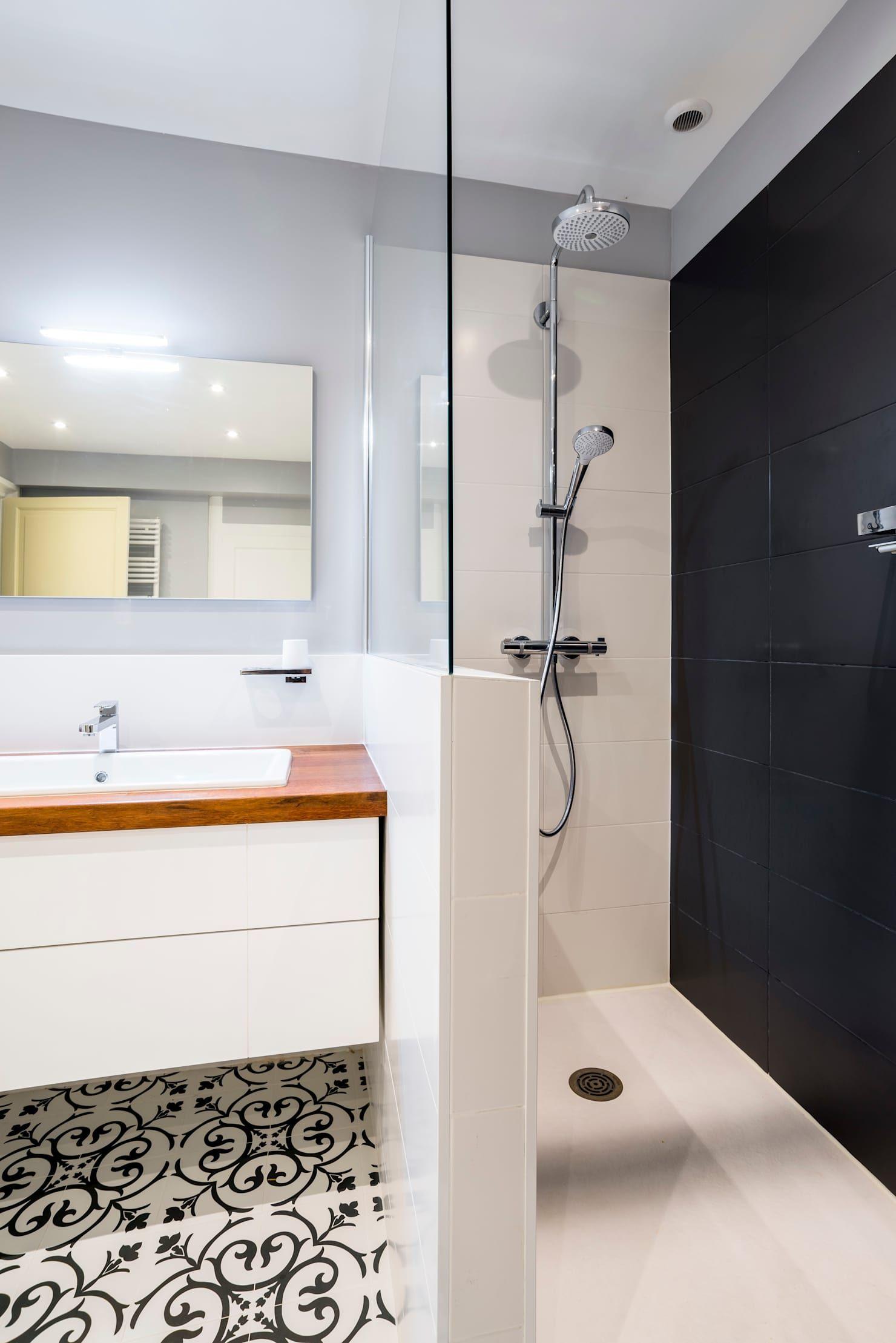Conception d'une salle de bains salle de bain minimaliste par atelier idea minimaliste | homify