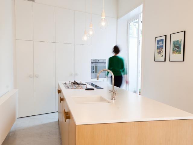 Keuken u modern u houten keukeneiland u wit interieur u renovatie