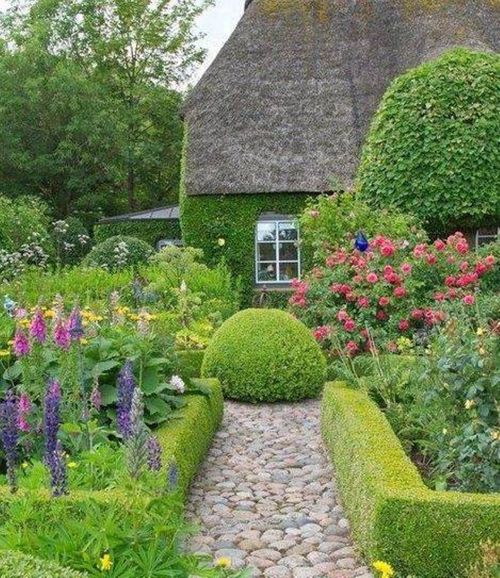 Cottage garden design with hedges and stone path the for Cottage garden design