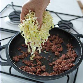 La verza è una tipica verdura invernale molto versatile e ottima se viene preparata abbinandola ad altri ingredienti