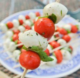 #Picnic idea --Caprese Salad Skewers #familypicnicfoods