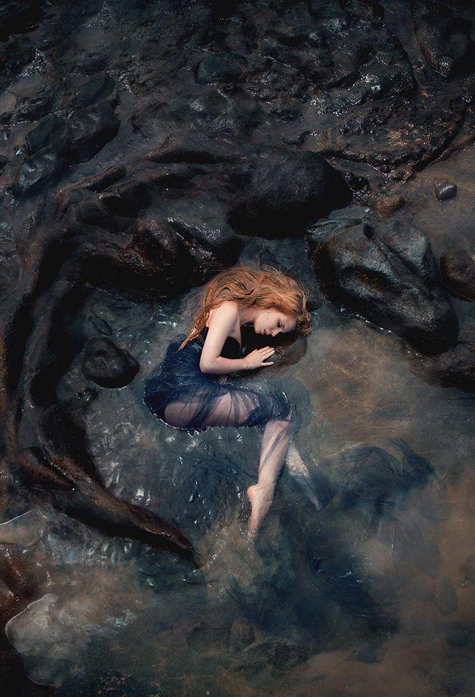 Was wäre, wenn ein Mädchen ohnmächtig würde, als eine riesige Masse sie aus dem Meer ziehen und ertrinken wollte, und ein Drache sich in seinem eigenen Feuer verhüllte, um zu zischen …