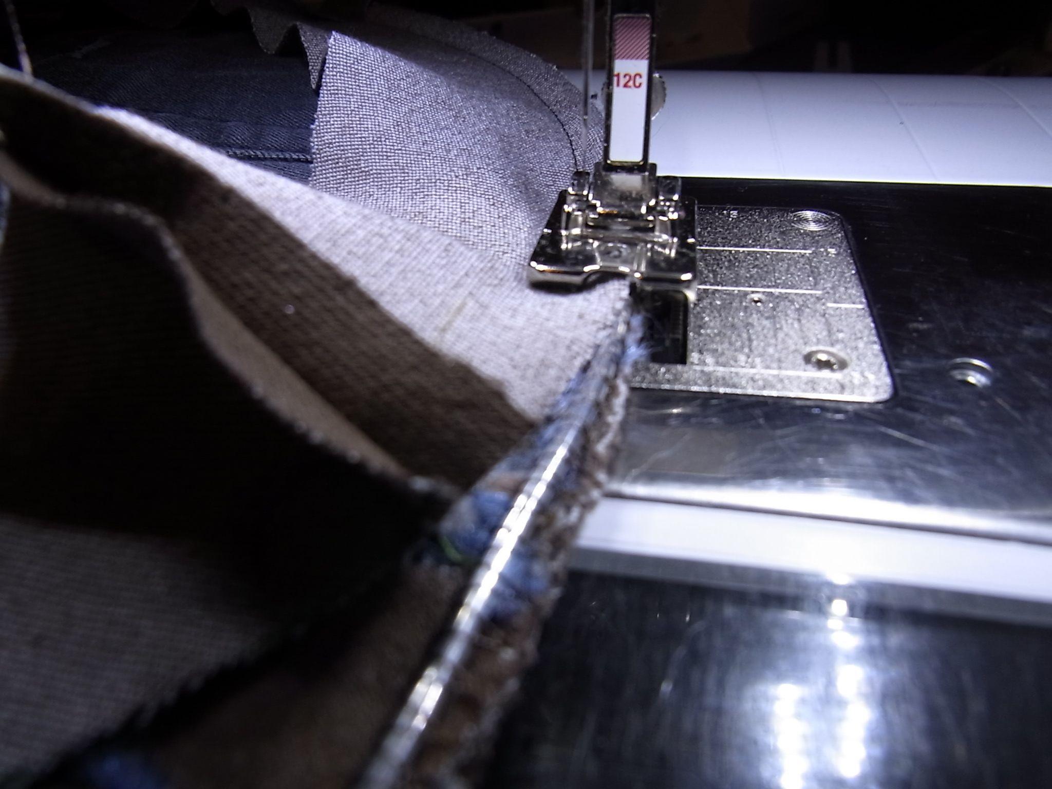 Ik had het in mijn vorige blog al aangekondigd, ik wilde nog een hoed maken, een voorbeeld voor de workshop die ik in het Creative Center in Breda ga geven. Ik wilde wel een iets ander model, en ik wilde gebruik maken van verschillende voeten. Zo word de hoed ook een goede oefening om eens wat voeten uit te proberen.  De bovenste foto is gedaan met voet 43, meanderen met de vrij hand koord ...