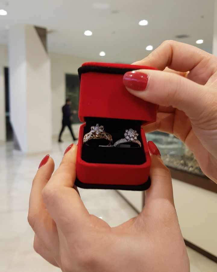 57 Likes 0 Comments Moskva Univermagi 2 Ci Mertebe Sansi Jewellery On Instagram Sari Və Ag Qizilda Gul Tipl Apple Watch Electronic Products Smart Watch