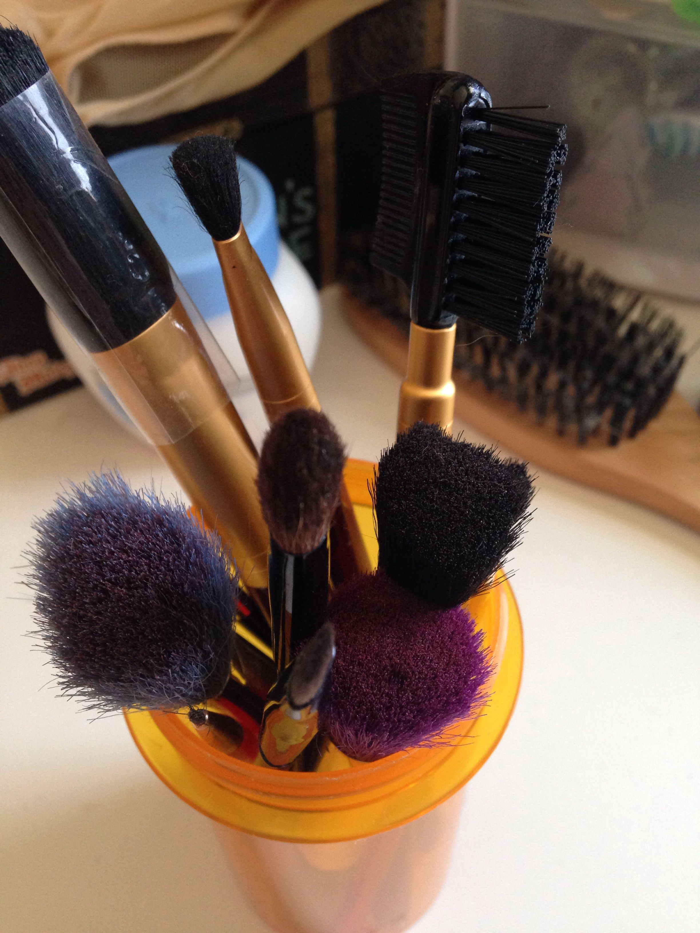 Use empty pill bottles to keep all your makeup brushes in