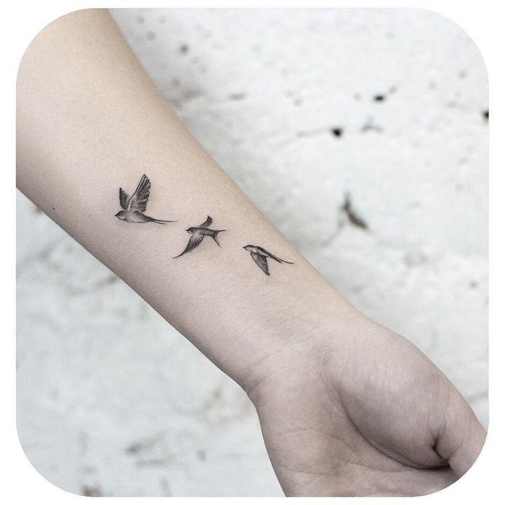 Small Tattoo Models Schwalben fliegen in schwarz und weiß am Handgelenk in den Himmel S … #Ta...